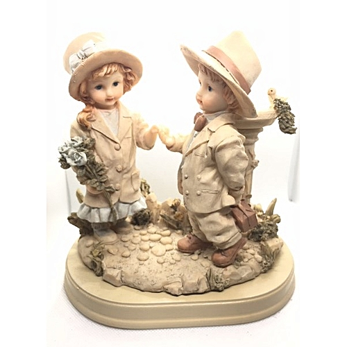 Figurine : Boy Holding Hand Of Girl By Fountain