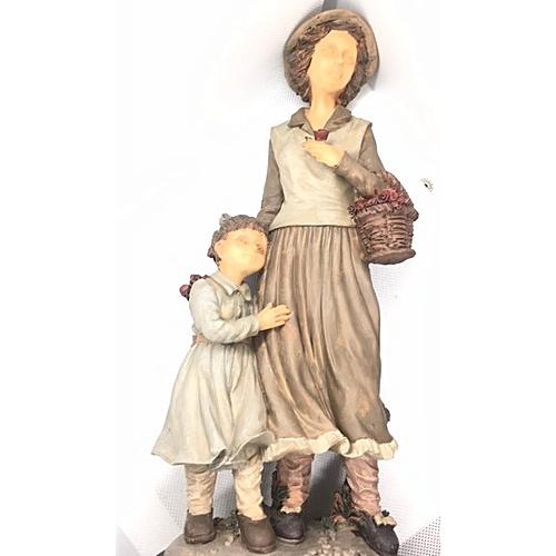 Figurine : Tall Lady With School Girl